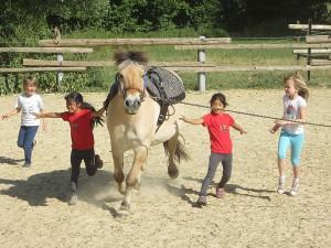 Max mit den Kindern bei der Begrüssung