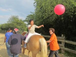 Ballspielen auf dem Pferd
